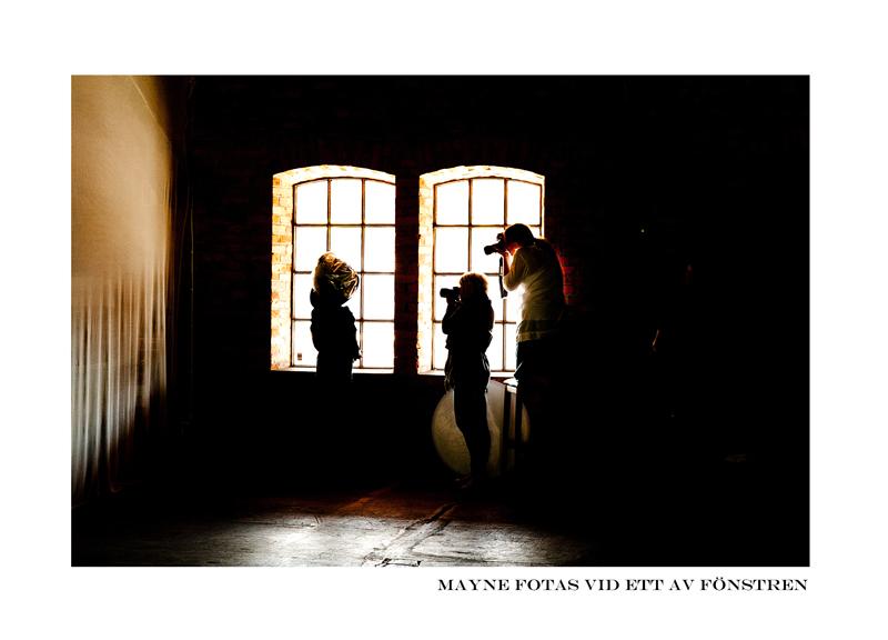 Mayne fotas vid Fönster